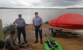 Navegaba en kayak y quedó atrapado en una zona de troncos