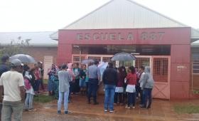 Piquete de padres frente a la escuela 887 del Porvenir II