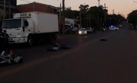 Muere motociclista al chocar con un camión
