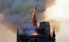 Colapsó la aguja central de la catedral de Notre Dame