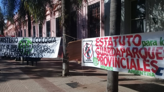 Sin acuerdo, guardaparques acampan en plaza 9 de Julio