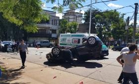 Impactante choque y vuelco en Centenario y Corrientes