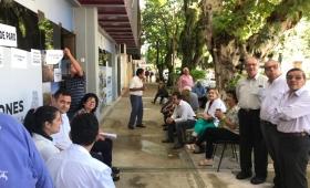 Trabajadores amenazan con un corte total frente a Obras Públicas