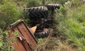Despiste y vuelco de un tractor de Vialidad