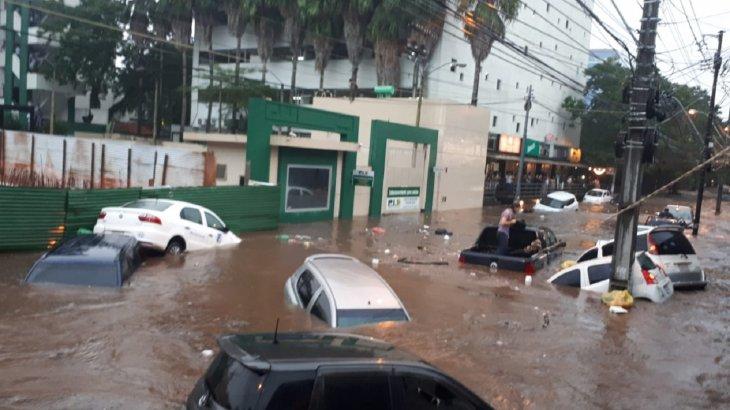 Asunción: personas atrapadas en vehículos tras raudal