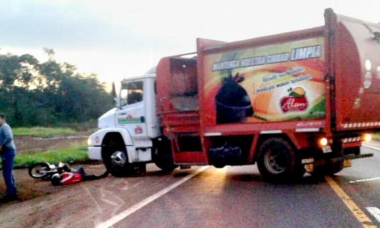 Motociclista lesionado tras impactar contra camión de residuos
