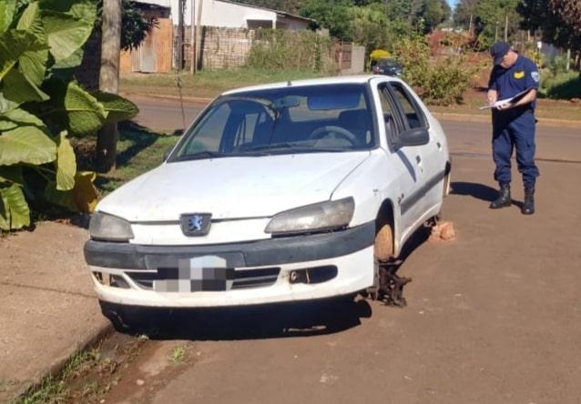 Encuentran abandonado y sin ruedas un auto robado