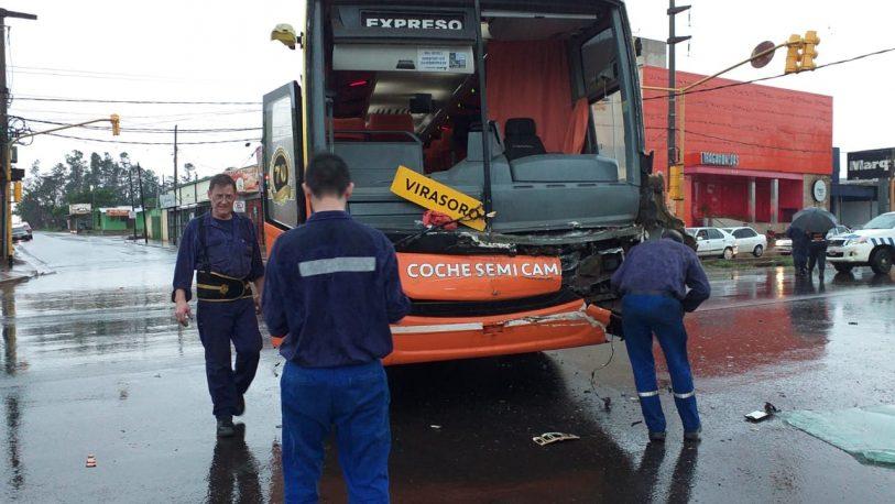 Choque sin heridos entre colectivo y camión