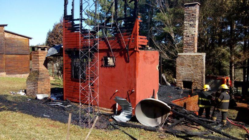 Encendieron el hogar y se les quemó la cabaña