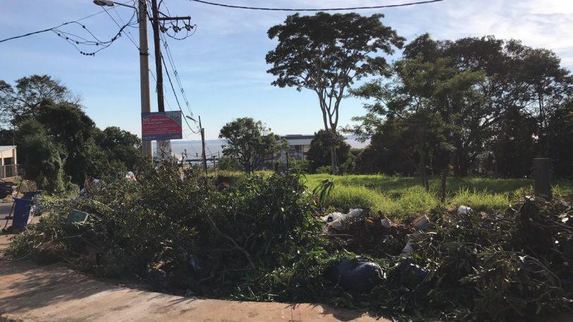 Quejas de los vecinos por un basural en Avenida San Martín