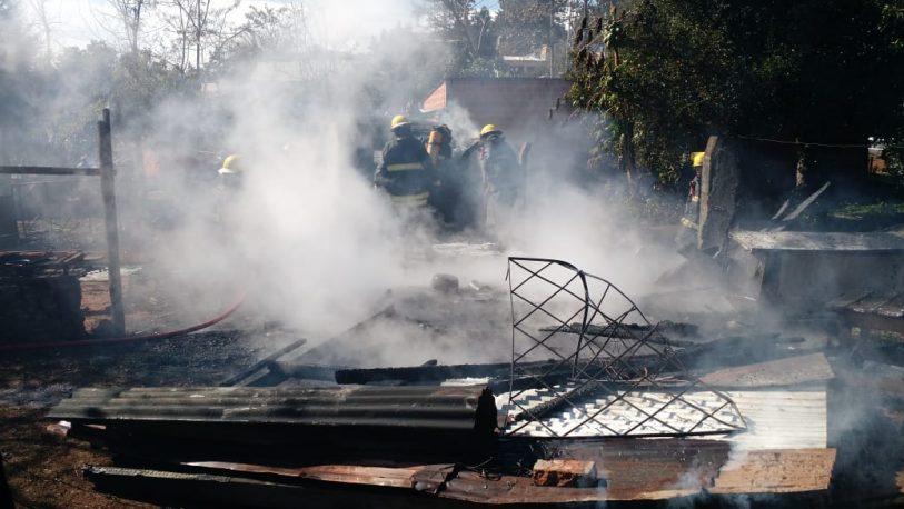Incendio fatal en Alem: una mujer fallecida; un joven y un bebé heridos