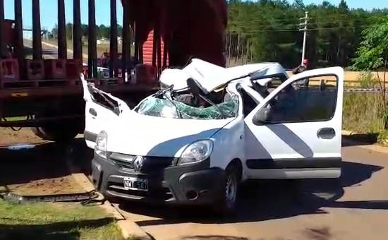Camión en marcha atrás aplastó a un utilitario