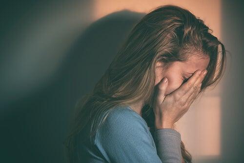Reprimir las emociones negativas no las hace desaparecer
