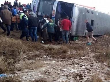 Al menos 13 muertos y más de 20 heridos al volcar un colectivo