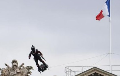 """Francia presentó un prototipo del soldado """"volador"""""""