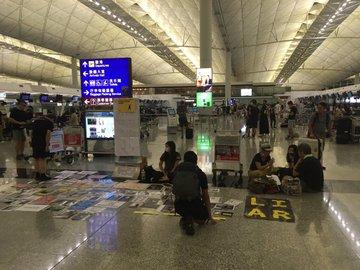 """Manifestantes """"tomaron"""" el aeropuerto de Hong Kong"""