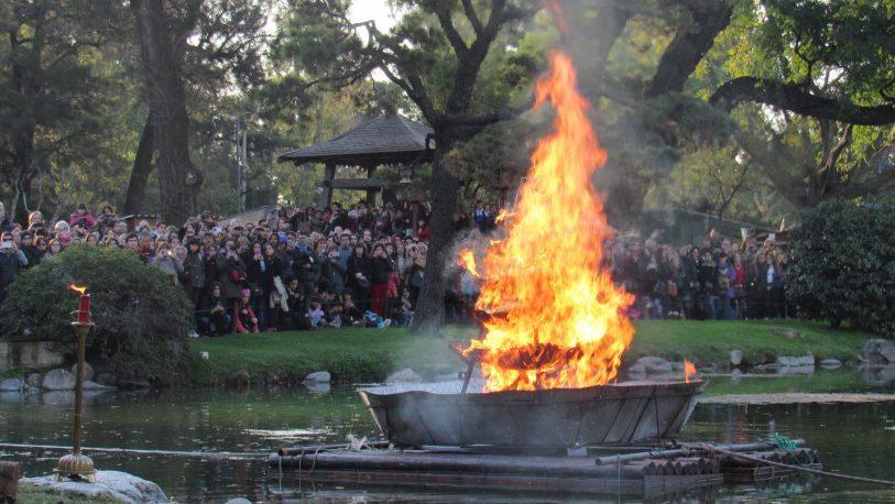 """Un ancestral ritual japonés reunió a más de 7 mil personas para """"dejar atrás lo negativo"""""""