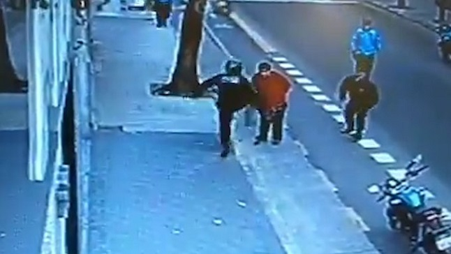 Policía mata de una patada a un hombre armado con cuchillo