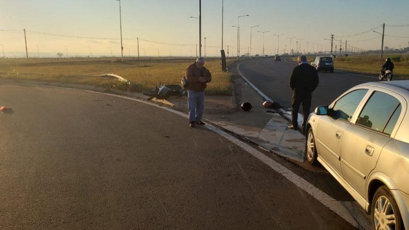 Siniestro vial entre auto y moto dejó una mujer lesionada