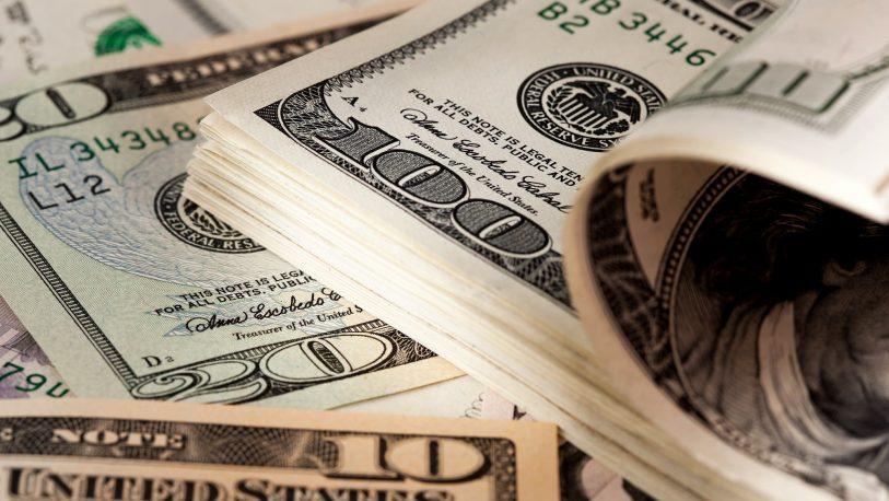 El dólar bajó $2,45 y cerró en $59,717