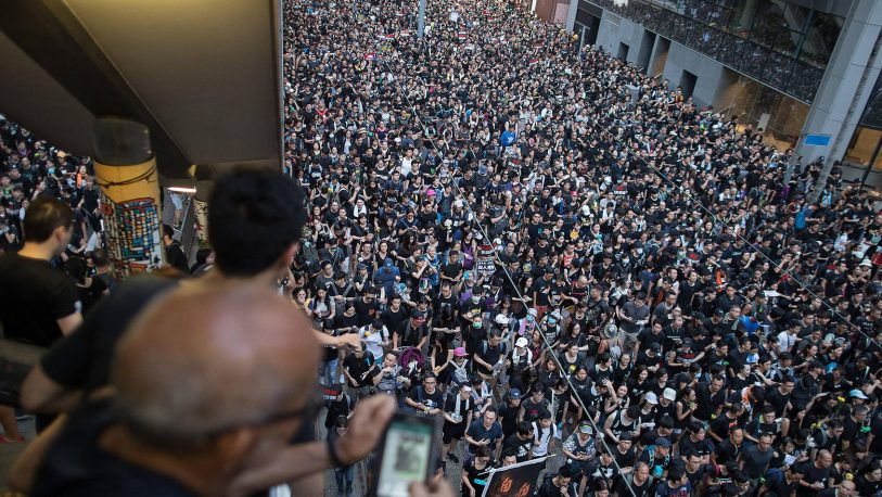 Una marea humana vuelve a protestar en Hong Kong