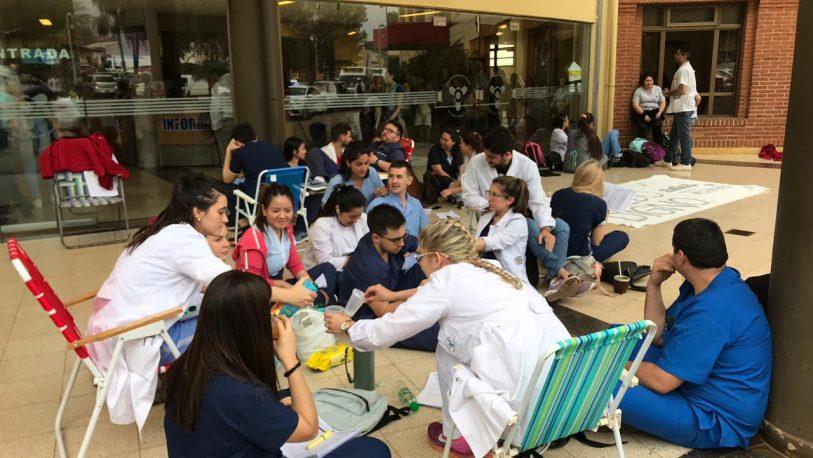 Médicos residentes acordaron un aumento del 13%