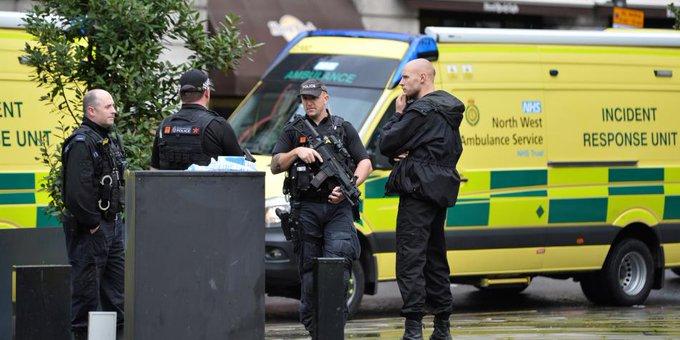 Cuatro personas fueron acuchilladas en un centro comercial en Manchester