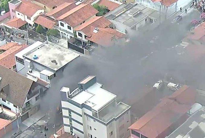 Tres personas murieron al caer una avioneta en una calle de Belo Horizonte