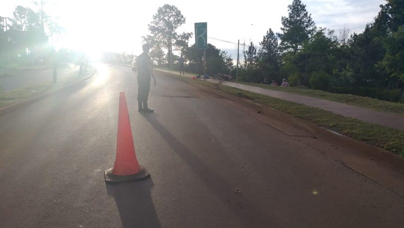 Motociclista chocó a peatones, impactó un cartel y murió