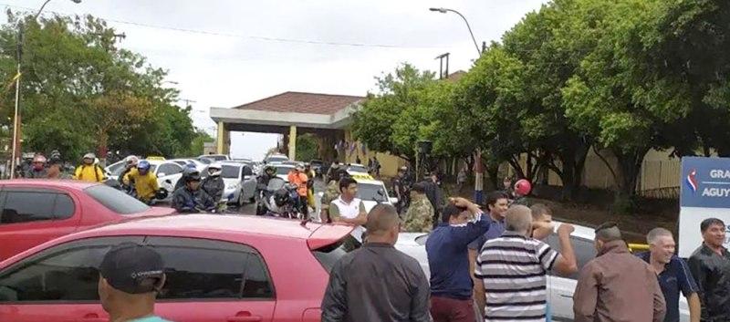 Paseros cortaron el tránsito en la cabecera del puente San Roque González de Santa Cruz