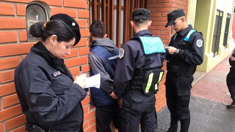 Detienen a un joven que forzó la puerta de un auto y culpó a Macri