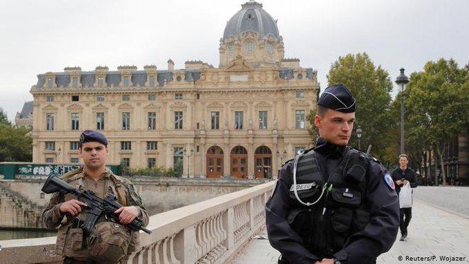 Un hombre mata a cuatro policías en un ataque con un cuchillo en París