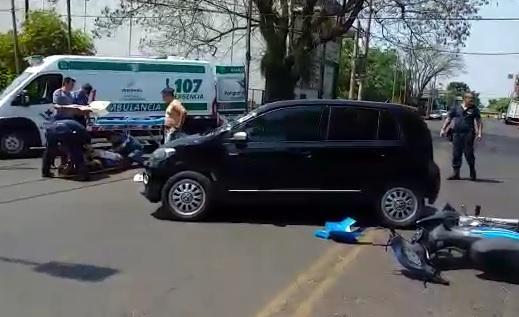 Motociclista se fracturó las manos y piernas en un choque