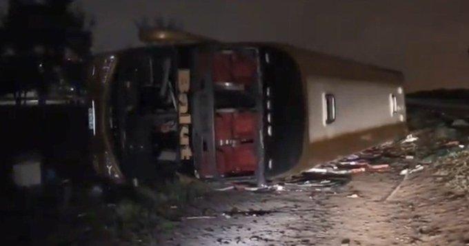 Tres muertos y más de 30 heridos al volcar un micro en Tucumán