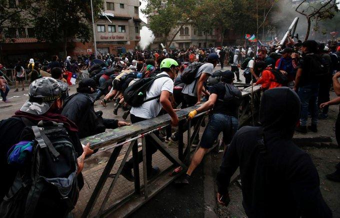 Atacan la Embajada Argentina en Chile durante las protestas