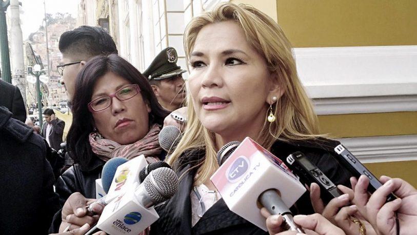 Jeanine Añez se proclamó presidenta de Bolivia y Evo dijo que la lucha continúa