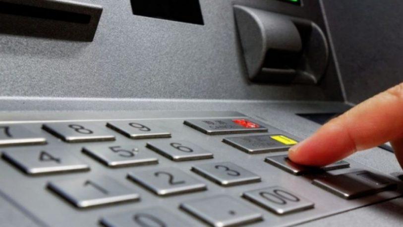 Retiro de dinero en cajero: Autorizan a los bancos a actualizar el valor de las comisiones
