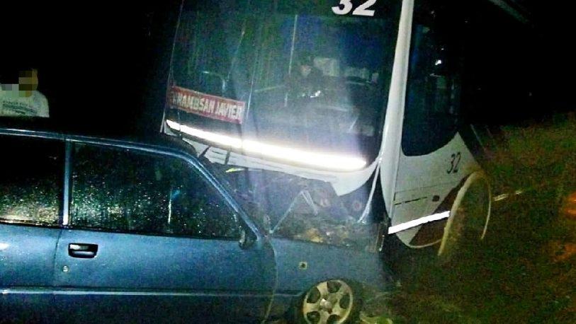 Tres lesionados al colisionar de frente un colectivo y un auto