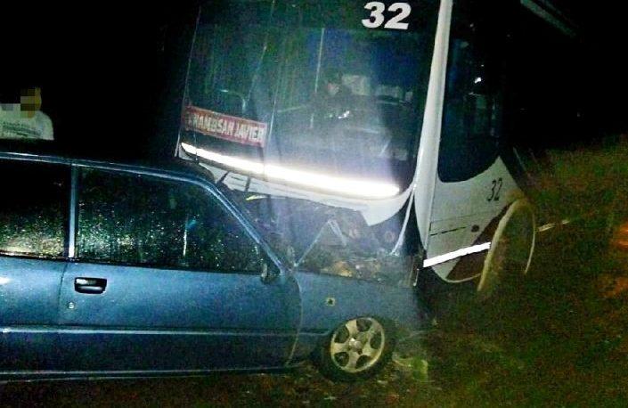 Un micro chocó contra un auto en Mojón Grande: dos heridos