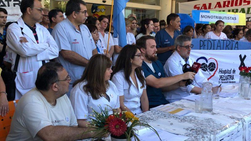 """Con carteles de """"salarios dignos"""" y """"monotributistas"""" los trabajadores de Pediatría expusieron sus demandas"""