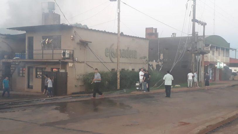 Voraz incendio consumió una fábrica de muebles
