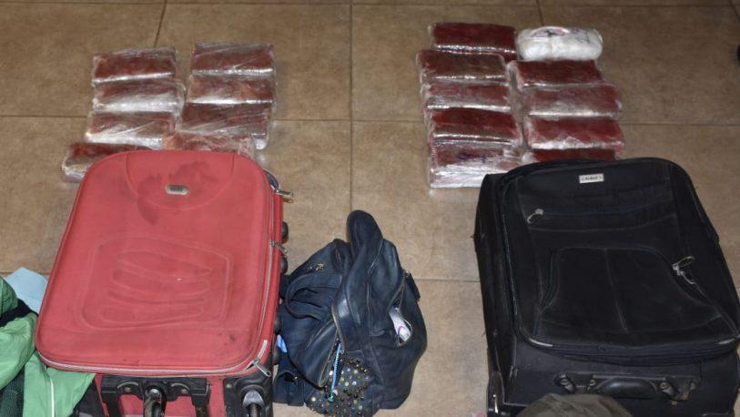 Llevaban 13 kilos de droga en dos valijas