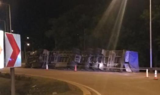Montecarlo: camión despistó en la rotonda de acceso Sur