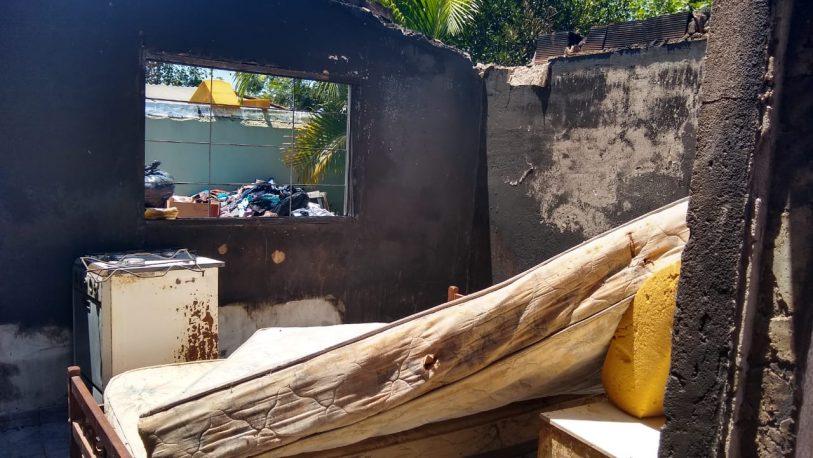Sufrieron un incendio en su casa y corre el riesgo de derrumbe