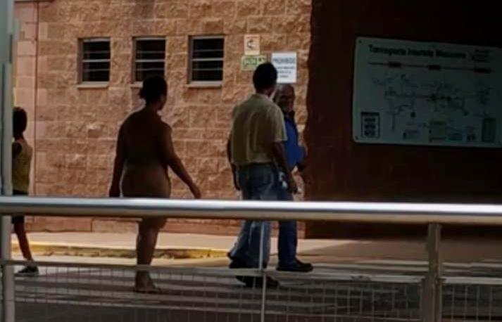 Se viralizó un video de una mujer desnuda en estación Unam