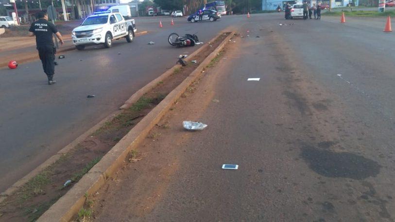 Motociclista grave tras ser embestido por un auto