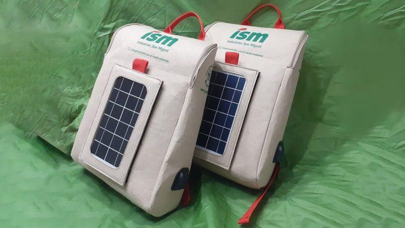 Crean la primera mochila inteligente hecha de botellas de plástico