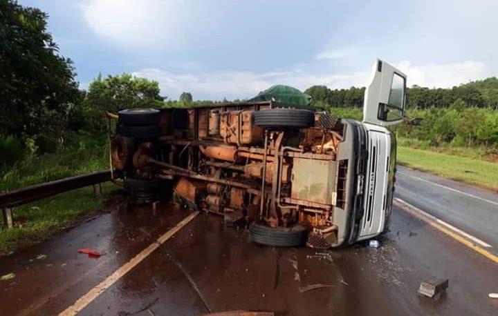 Choque y vuelco de un camión con vacas