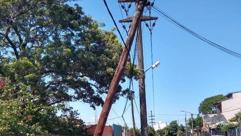 Vecinos temen por su seguridad: poste está cerca de caerse
