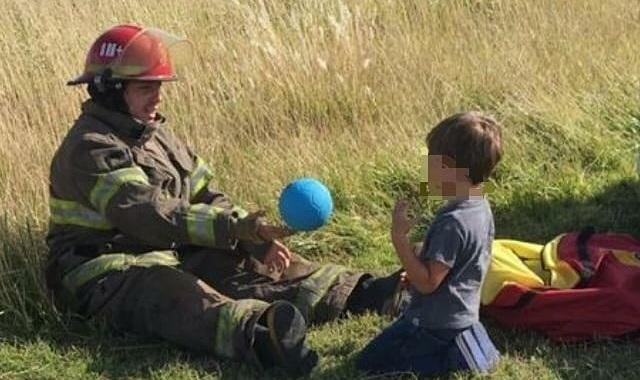 Conmovedora imagen de bomberos con un nene luego de un accidente